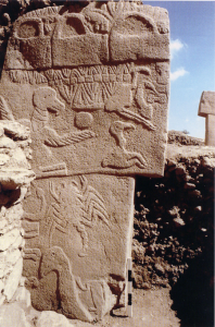 Eén van de T-vormige pilaren met een uitgebreid reliëf.